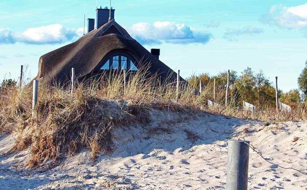 Ferienhaus mit Schilfdach auf der Insel Rügen